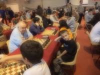 Štěpán má černé proti Francouzi Corentinu Sevenovi na 25. šachovnici ve 4. kole turnaje v Saint Lo a byl z toho bod.