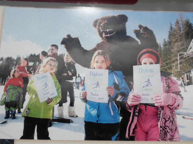 VAROVÁNÍ : Eložroutské dětičky mohou být sežrány medvědem.