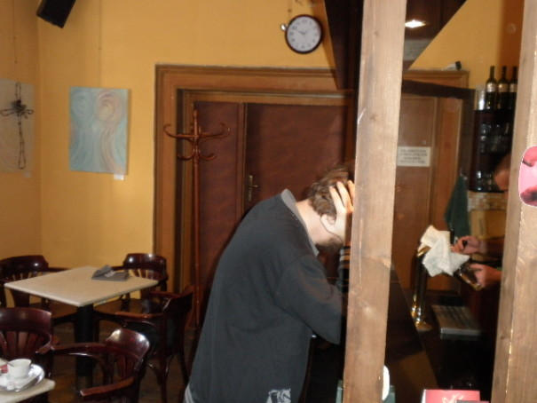 Berny obléhá bar