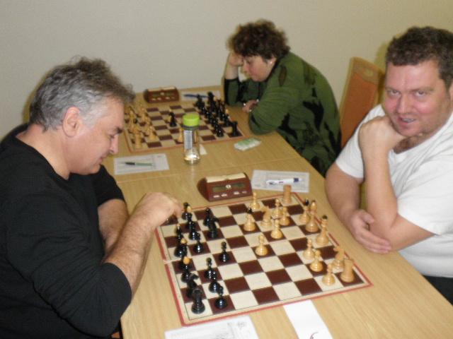 Vepředu šmrdlají Pospěch s Pedrem, vzadu tvoří Olga